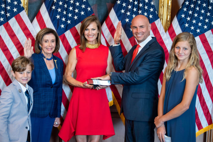 Pelosi removes mask for Jake Ellzey swearing-in photo, defies own rules