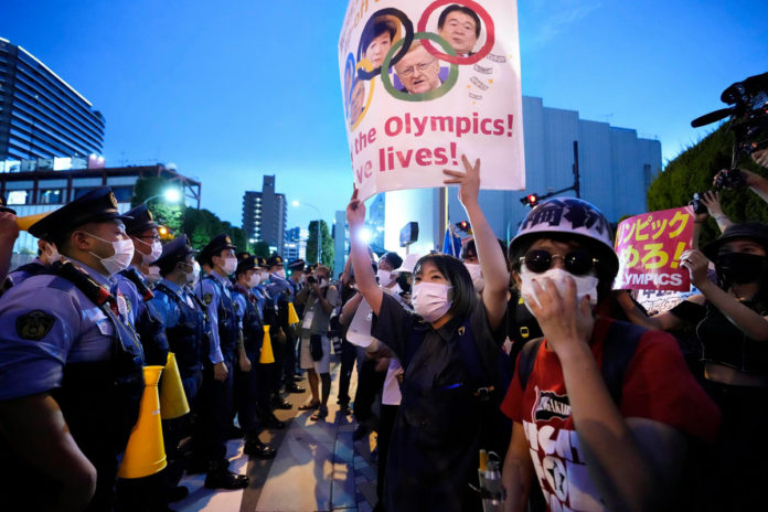 Protesters chant 'go to hell, Olympics' just before opening ceremony