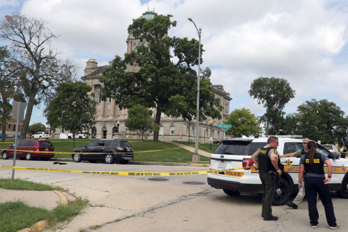 Illinois shooting outside courthouse leaves 2 dead, 1 wounded