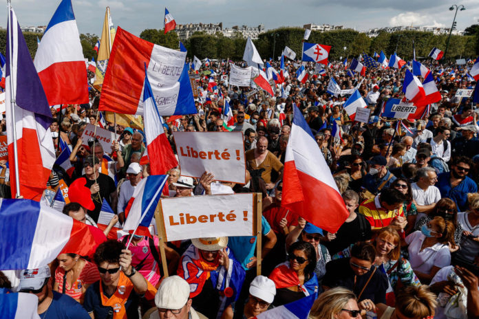 More than 140,000 French citizens protest against health pass for 8th straight weekend