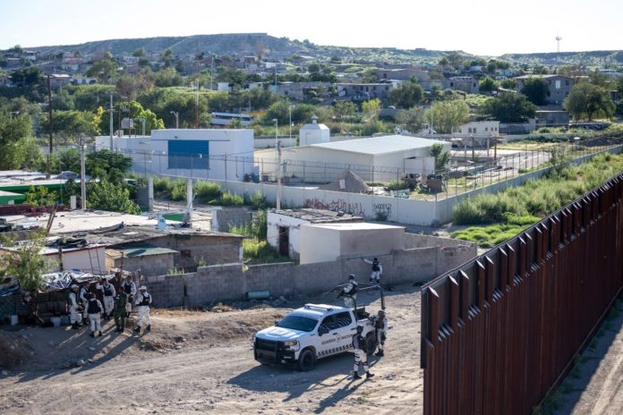 'Borderline heroes' work both sides of southern wall to stop crime
